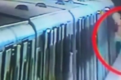 Mulher arrastada pelo metro após ficar com a mala presa nas portas