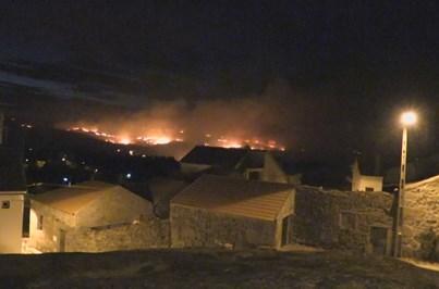 Mais de mil bombeiros combatem fogo na Guarda