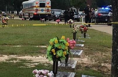 Carro atropela várias pessoas em funeral