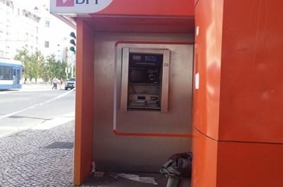 Assaltantes explodem caixa multibanco no Laranjeiro