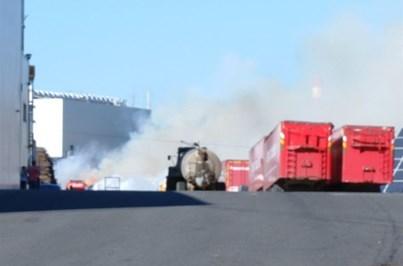 Incêndio destrói parque de madeiras de fábrica na Póvoa de Varzim