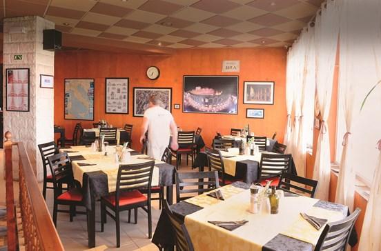 Arena Di Verona: comida italiana, servida à italiana