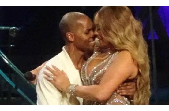Mariah Carey exibe 'quilinhos a mais' em palco