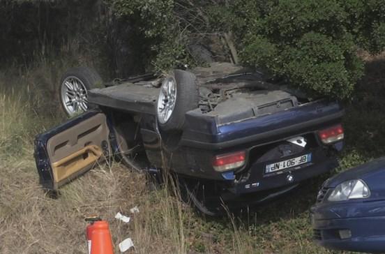 Retiram corpo de amigo morto de BMW após acidente e põem-se em fuga
