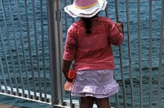 Viola irmã de quatro anos e dá-lhe doces para se calar