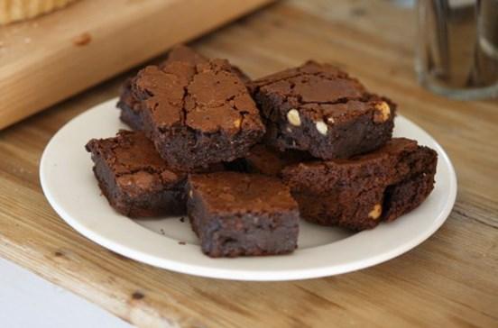 Faz brownies com o próprio leite para vender na escola do filho