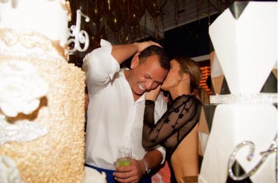 Jennifer Lopez abusa das transparências no seu aniversário