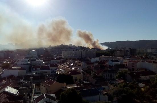 Incêndio ameaça bairro em Setúbal