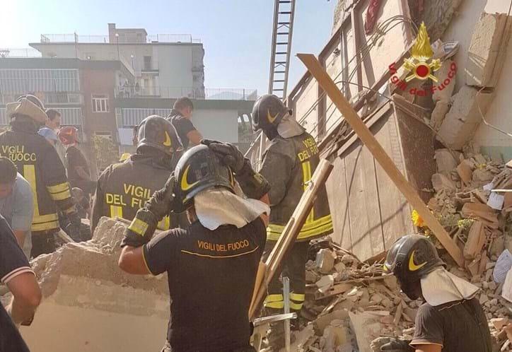 Derrocada de prédio em Itália faz desaparecidos e presos nos escombros