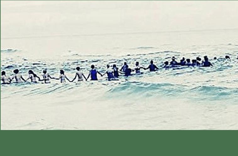 Corrente humana de 80 banhistas salva família em praia na Flórida