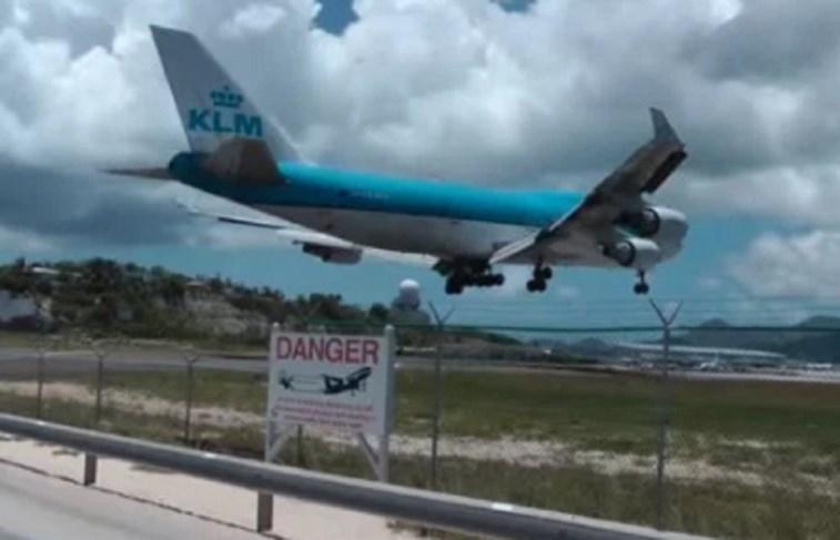 Turista morre com o impacto da descolagem de um avião