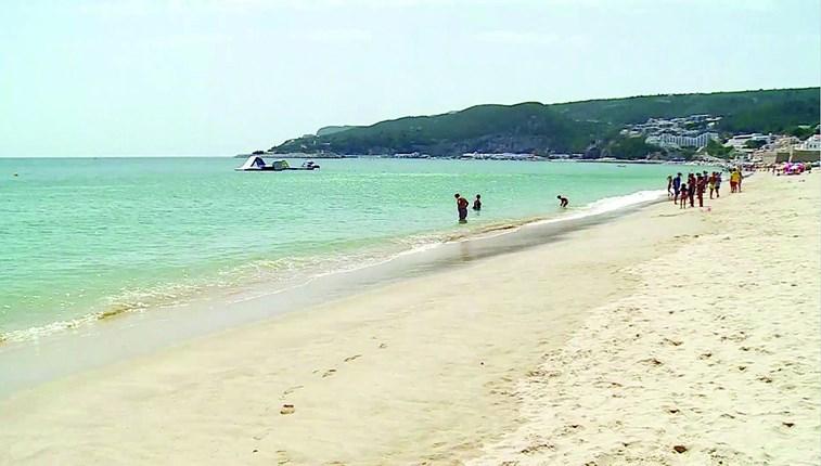 Praia de Sesimbra interdita a banhos devido a bactéria