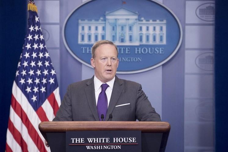 Sarah Sanders substituirá Sean Spicer como porta-voz da Casa Branca