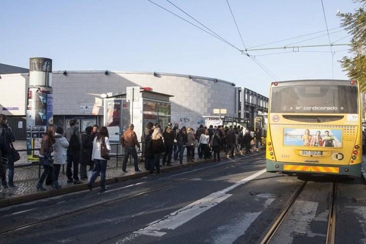 Choque entre eléctrico e autocarro faz 10 feridos em Lisboa