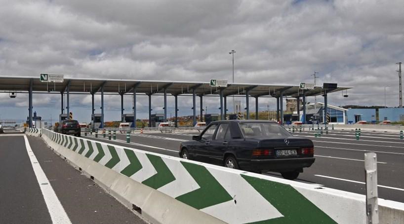 Camião despista-se contra portagens da A16, em Algueirão