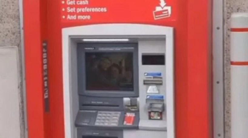 Homem fica preso em caixa multibanco