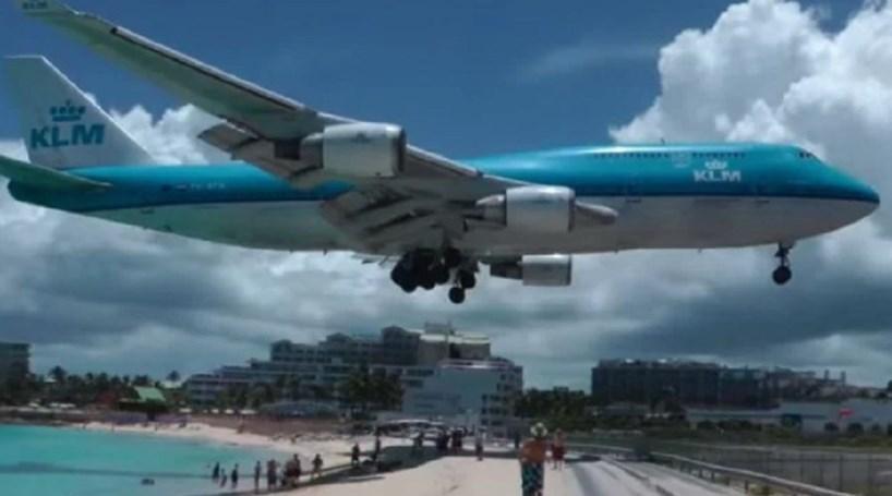 Mulher morre com impacto da descolagem de avião