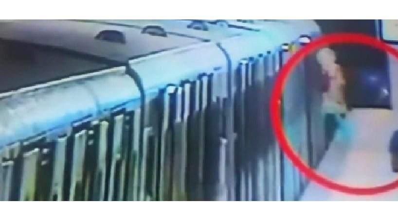 Mulher é arrastada pelo metro depois de ficar com a mala presa