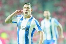 Maxi Pereira 'empurrado' no FC Porto