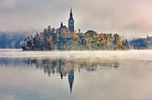 Lago natural ilumina o mais antigo castelo da Eslovénia