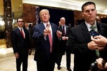 Trump causa revolta com defesa de racistas