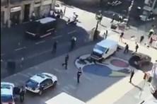 Vídeo mostra carrinha que atropelou várias pessoas nas Ramblas