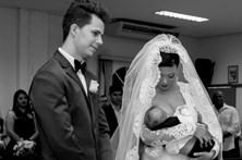 Noiva amamenta filho durante casamento