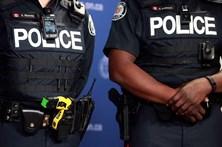 Multa cancelada por polícia falar inglês