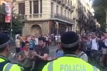 Polícia aplaudida de forma espontânea no local do ataque em Barcelona