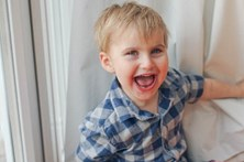 Menino de quatro anos com doença rara não sente dor