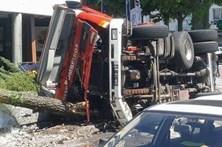 Autotanque dos bombeiros Famalicenses despista-se em rotunda