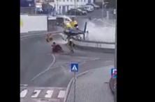 Piloto de helicóptero faz manobra arriscada em rotunda da Covilhã