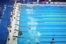 Nadador homenageia vítimas sozinho após pedido ser negado