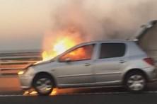 Vídeo mostra carro em chamas na Ponte Vasco da Gama