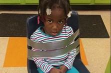 Criança amarrada com fita-cola a uma cadeira na creche