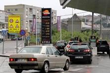 Corra até às bombas de gasolina. Os combustíveis estão mais baratos