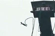 Cai desamparada em acidente de bungee jumping