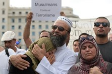 Muçulmanos manifestam-se contra o terrorismo em Barcelona