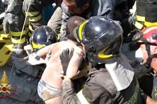 Resgatadas com vida crianças que estavam sob escombros em Itália