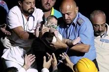 Salvamento milagroso no meio dos escombros em Itália