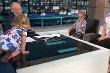Menina sobe para mesa do pivô durante entrevista em direto