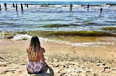 Levante empurra algas para areal da Manta Rota