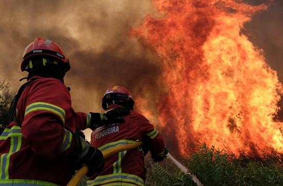 Grupo de seis jovens em pânico tenta fugir de carro e é apanhado pelo fogo em Estremoz