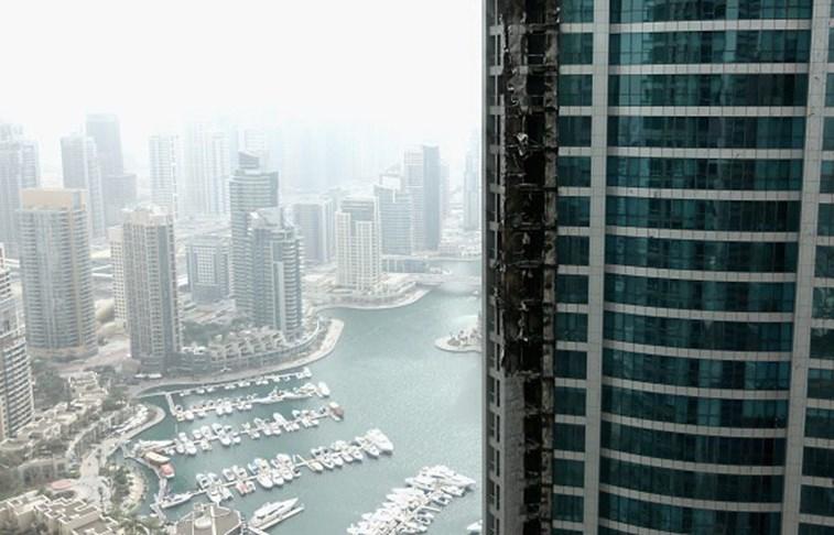 Incêndio atinge prédio residencial com mais de 80 andares em Dubai