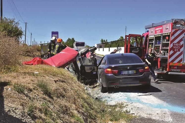 Colisão frontal entre dois carros em Santarém provoca um morto