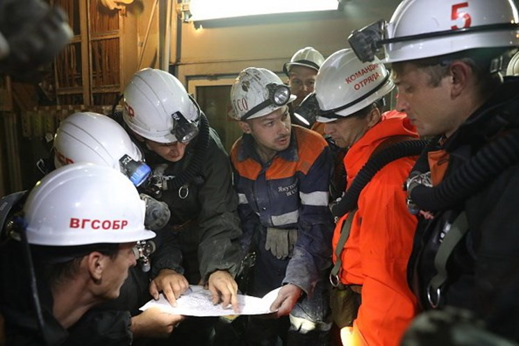 Inundação surpreende 150 mineiros na Sibéria