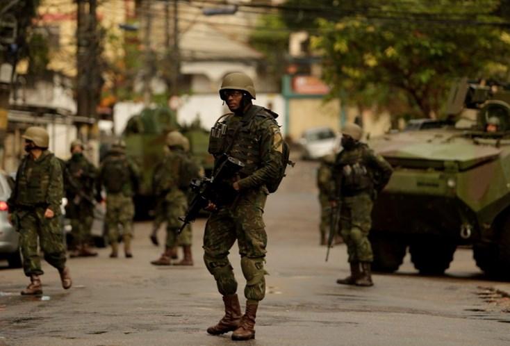 Homens saqueiam carga de caminhão dos Correios no Rio de Janeiro