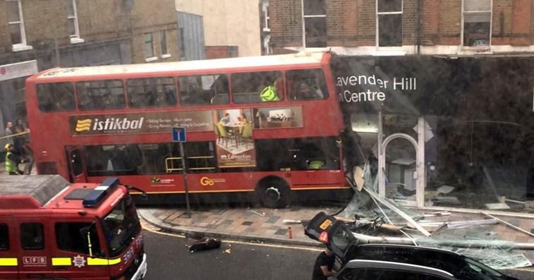 Ônibus invade loja em Londres e deixa ao menos dez feridos