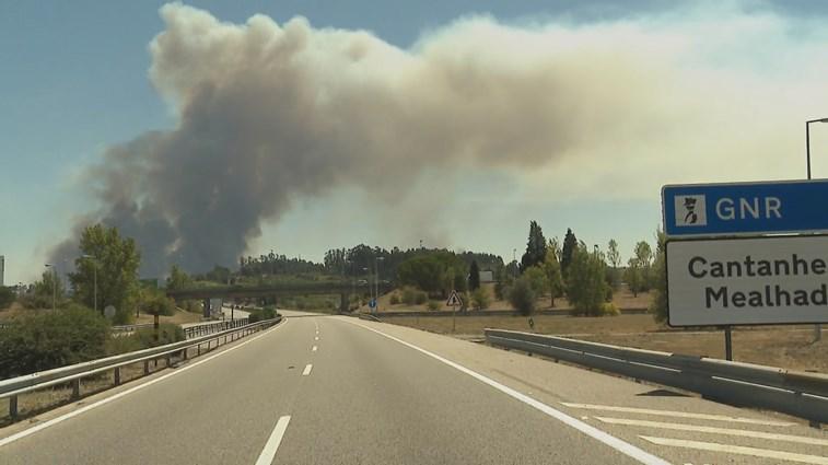 Reacendimento em Cantanhede corta A14 e ameaça populações