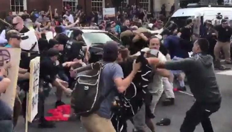 Manifestação supremacista termina em confronto nos EUA; Estado da Virgínia declara emergência